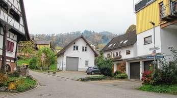 Anwohner der Winzerstraße/Im Vogelsang in Fessenbach stufen die Parksituation an dieser Kreuzung, vor allem an den Wochenenden und in den Abendstunden, als gefährlich ein, denn weder Rettungswagen noch Feuerwehr könnten dann ins Hinterdorf gelangen.