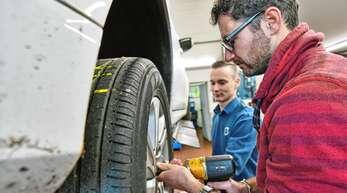 Räderwechsel: Im Frühjahr und Herbst eine der Hauptaufgaben des Werkstattteams im Volvo-Autohaus Neurohr. Werkstattleiter Jochen Lurk zeigt Ortenau-Redakteur Simon Allgeier, worauf es dabei ankommt.