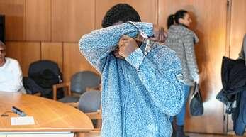 Mohammaed A. bedeckt sein Gesicht, als er den Gerichtssaal zur Urteilsverkündung betritt. Er muss für unbestimmte Zeit in ein psychiatrisches Krankenhaus.