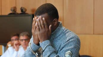 Das Bild zeigt den Angeklagten am ersten Verhandlungstag.