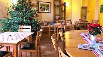 Eine Krebsdiagnose stellt alles auf den Kopf. Auch Weihnachten ist für viele Familien, die die Weihnachtstage nicht zu Hause, sondern in der Klinik verbringen müssen, eine schwierige Zeit. Sie sind am zweiten Weihnachtsfeiertag zum gemeinsamen Festessen ins Elternhaus eingeladen.