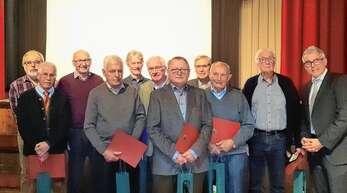 """Höchste Ehrung für bürgerschaftliches Engagement: Der Ortenberger Bürgermeister Markus Vollmer (rechts) überreichte Klaus Bürkle (Zweiter von rechts) und den Mitgliedern der Ortenberger """"Wegle-Putzer"""" die Bürgermedaille 2019."""