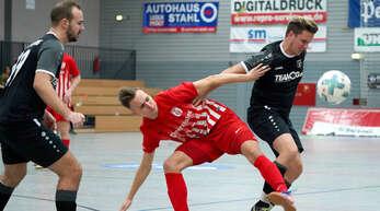 Auch unter dem Hallendach wird um jeden Ball gekämpft – wie in dieser Szene zwischen Fautenbachs Felix Volz (Mitte) und Steven Tränkle (rechts) vom SC Offenburg.