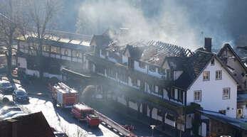 """Rauch steigt aus dem zum Teil abgebrannten Dachstuhl des drei-Sterne-Restaurants """"Schwarzwaldstube"""", einen Tag nach dem Brand am 6. Januar."""