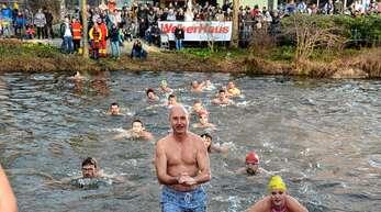 344 Teilnehmer zählte das Neujahrsschwimmen am Sonntag in Linx.