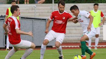 Jan Kahle (M.), hier noch als Spieler im Trikot des Offenburger FV, wird ab Sommer Trainer des SV Stadelhofen.