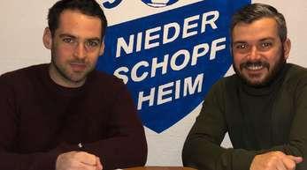 Nicolas Braun (r.) freut sich über die Unterschrift von Hannes Ehrhardt.