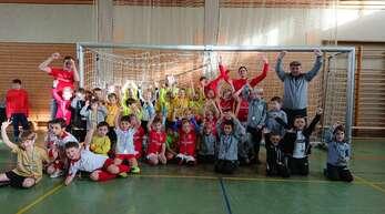 """Die """"Jungen Wilden"""" jubelten beim Sparkassen-Hallenfußballturnier des SV Zunsweier gemeinsam für den Fotografen."""