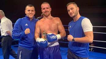 Christian Demaj (Mitte) – hier mit seinem Promoter Kaltrim Krasniqi (l.) – kann in Kork internationaler Meister der Universal Boxing Organization werden.