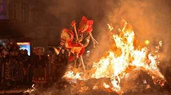 Immer wieder ein Spektakel ist es, wenn die Offenburger Hexen bei der Strohhexenverbrennung übers Feuer springen.