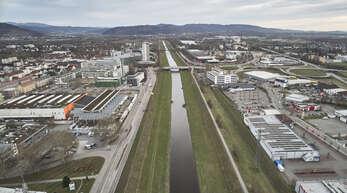 Kerzengerade fließt die Kinzig zwischen Freiburger Straße (links) und Industriegebiet West. Das soll sich ändern. Hinten rechts: der Gifizsee.