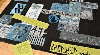 """Menschenwürde statt Unmenschlichkeit: Vor fünf Jahren gestalteten Schüler der Erich-Kästner-Realschule zusammen mit dem Bunten Haus und Künstlerin Angelika Nain im Rahmen des Projekts """"KZ in der Nachbarschaft"""" einen Gedenkteppich den Ereignissen im Frühjahr 1945."""