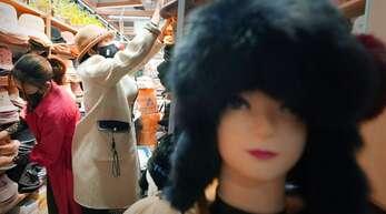 Vor der Wiedereröffnung des Hutgeschäftes in Wuhan wird die Ware neu einsortiert.