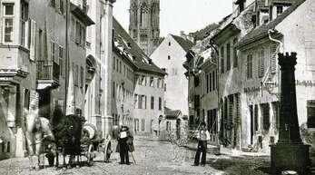 Blick in die Jesuitengasse, die heutige Bertoldstraße, mit Universitätskirche und ehemaligem Jesuitenkolleg. Die Aufnahme entstand um 1860.