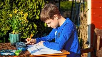 Die Idylle trügt: Viele Eltern stellen die Schulschließungen und das Lernen mit ihren Kindern zuhause vor große Herausforderungen. Sie wenden sich nun mit offenen Briefen an Kultusministerin Susanne Eisenmann.