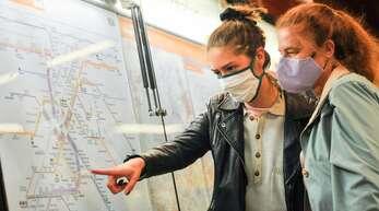Unter anderem gibt es in den öffentlichen Verkehrsmitteln eine Maskenpflicht.