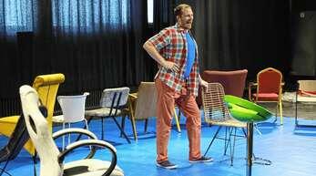 """Ein-Mann-Show: Benjamin Wendel spielt alle Rollen in """"Der Boss""""."""