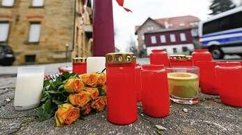 Am Tag nach den tödlichen Schüssen in Rot am See lagen Blumen und Kerzen vor dem Tatort.