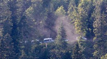 Die Polizei sucht weiter nach dem 31-Jährigen, der am Sonntag Beamte entwaffnet hat. Er soll sich noch immer in den Wäldern um Oppenau herum verborgen halten.