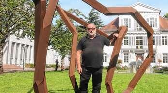 Künstler Robert Schad mit der im Innenhof des neuen Rathauses plazierten Großskulptur.