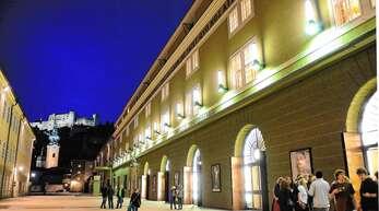 Große Festspielhaus in Salzburg mit der Festung Hohensalzburg im Hintergrund.