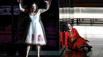 """usrine Stundyte (Elektra) und Tanja Ariane Baumgartner (Klytämnestra) bei einer Probe der Oper """"Elektra"""" von Richard Strauss. Die Opern-Neuinszenierung steht am Eröffnungsabend der Salzburger Festspiele morgen, Samstag, auf dem Programm."""