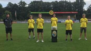 Jugendleiter Manuel Boschert (l.) mit Alex Kiefer, Nassim Derrar, Lewin Wahl, Tobias Nössing und Leon Voss (v. l.), die aus der A-Jugend in den Bezirksliga-Kader aufsteigen.