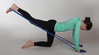 Mit dem Theraband können gezielt Körperpartien wie Rücken, Schultern und Bauchmuskeln gestärkt werden.
