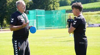 Bewährter Cheftrainer und hochkarätiger Neuzugang im Gespräch beim sonntäglichen Trainingsauftakt des SC Lahr: Oliver Dewes und Gabriel Gallus (rechts).