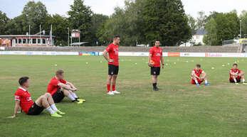 Die Neuzugänge des OFV mit Corona-Mindestabstand (v. l.): Dennis Kopf, Nico Schlieter, Co-Trainer Sascha Ruf, Trainer Benjamin Pfahler, Luca Repple und Jonas Pies.