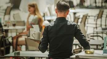 Nach langer Auszeit und massiven finanziellen Einbußen für die Beschäftigten im Gastgewerbe geht es nur langsam wieder los.