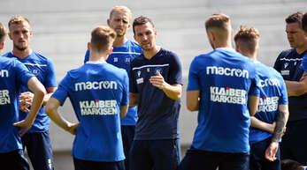 KSC-Trainer Christian Eichner (Mitte) bat am Dienstag zum Auftakttraining.
