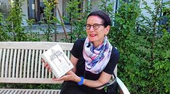 """Jutta Wellhöner hat sich in diesem Urlaub einen 1000-Seiten-Schmöker vorgenommen: """"Die Jakobsbücher"""" der polnischen Literaturnobelpreisträgerin Olga Tokarczuk."""