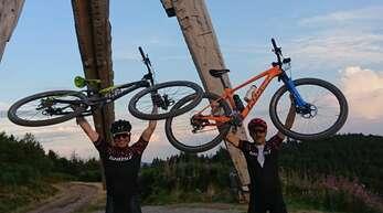 Alexander Rauber und Christian Zapf streckten am Lothar-Denkmal glücklich die Bikes in die Höhe.