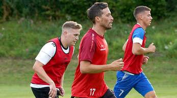DJK-Trainer Stefan Wendling (Mitte) ist mit dem Trainingseifer seiner Mannschaft zufrieden.