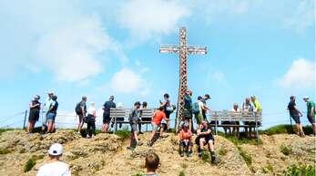 Auf dem Hochgrat-Gipfel in der Nähe von Oberstaufen drängen sich bei schönstem Sonntagswetter viele Wanderer.