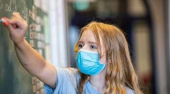 Ob in der Schule oder am Arbeitsplatz: die Maske wird aus Sicht der Politik immer wichtiger, um die Ausbreitung des Virus zu vermeiden.