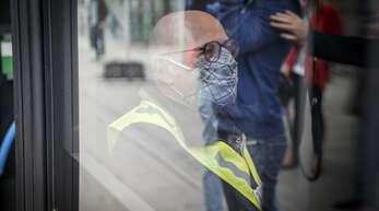 Seit bald vier Monaten Pflicht: in Bussen und Bahnen, beim Ein