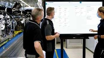 Mitarbeiter blicken auf die Daten, die während des Produktionsprozesses anfallen.