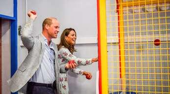 Auf Barry Island informierte sich das Paar über die Situation der Tourismus-Branche – und durfte in der Spielhalle Bälle werfen.
