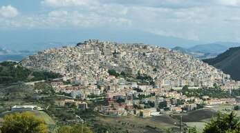 In der Stadt Gangi auf Sizilien werden seit ein paar Jahren Häuser für einen symbolischen Euro verkauft.