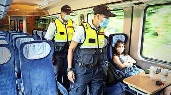 Mitarbeiter der Bahn und der Bundespolizei kontrollieren teilweise gemeinsam, ob sich Fahrgäste an die Maskenpflicht halten. Im Ortenaukreis kam es im August zu zwei Vorfällen, bei denen Fahrgäste angegriffen wurden, nachdem sie Mitreisende auf die Maskenpflicht aufmerksam gemacht hatten.