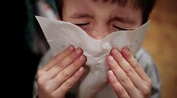 Können Eltern auf längere Auszeiten von der Arbeit hoffen, wenn ihre Kinder krank sind? Einige Länderminister fordern den Bund auf, die Regelungen zu verbessern.