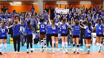 Feiernde MTV-Volleyballerinnen vor einer voll besetzten Tribüne: Solche Bilder wird es nächste Saison in Stuttgart erst mal nicht geben.