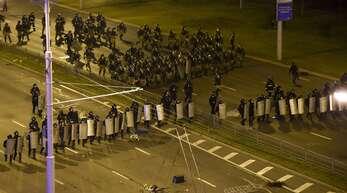 Die Polizei drängt die Demonstranten in Belarus zurück.
