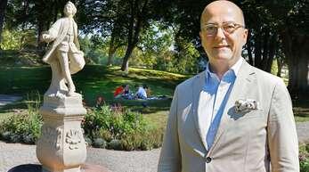 Baron Max-Richard von Raßler in seinem neu angelegten Park, der für die Öffentlichkeit zugänglich ist