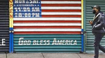 Die Wirtschaft in den USA leidet massiv unter den Folgen der Pandemie. Unternehmen investieren kaum mehr, Verbraucher konsumieren weniger. Trump will sich als Macher präsentieren.