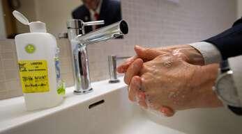Händewaschen und Abstand halten – Dr. Lee schaut genau hin.