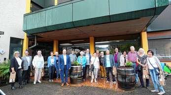 Rundgang: 17 begeisterte OT-Leser haben sich von Geschäftsführer Christian Gehring (Sechster von links) durch die Weinmanufaktur in Gengenbach führen lassen. Das Bild entstand vor dem Eingang des Hauptgebäudes. Fürs OT war Redakteur Thomas Reizel (Fünfter von rechts) dabei.