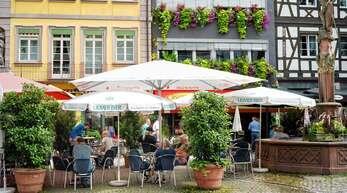 """Die Offenburger Innenstadt – hier die """"Cappuccino-Meile"""" in der Hauptstraße – war zuletzt ausgesprochen belebt. Dafür sorgten auch die Touristen, die Urlaub in Deutschland bevorzugten."""